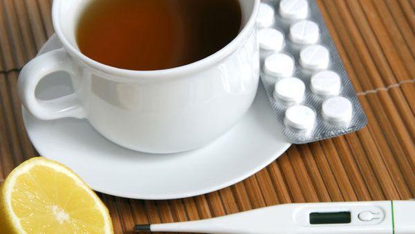 Можно ли запивать таблетки чаем