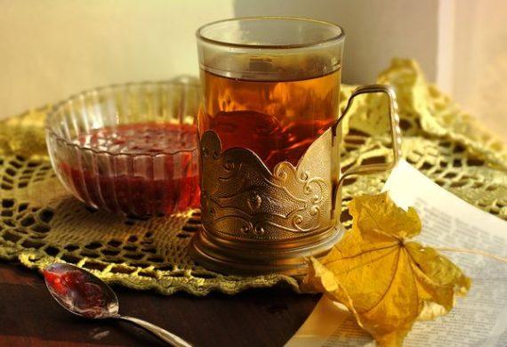 Чай с вареньем малиновым