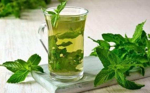 Мятный чай – это не только вкусно, но и крайне полезно. При появлении стрессов, нарушении сна и прочих неурядицах многие советуют пить именно этот напиток. В данной статье мы подробно разберем, какую пользу и вред мятный чай может принести.  Полезные свойства мятного чая Чай с мятой особенно полезно пить при кислотности желудка, а также, если вы заболели гриппом, простудой или насморком. Наряду с этим, напиток благоприятно воздействует на работу всего организма. В частности, мятный чай:  Является прекрасным мочегонным средством, который выводит из организма всю лишнюю воду. Способствует похудению, выводит шлаки и токсины из организма. Однако чай необходимо пить в строго определенном количестве, чтобы не наступило обезвоживание. Оказывает желчегонное действие. Хорошо останавливает рвоту, если к мяте добавить немного гранатового сока. Успокаивает нервную систему и снимает напряжение даже при самых стрессовых ситуациях. Отлично снимает воспаление, благодаря содержанию ментола. Это вещество добавляют почти во все мази и крема для суставов и мышц. Способствует укреплению иммунной системы. Поэтому его так важно пить при болезнях горла и в разгар эпидемий. Обладает болеутоляющим свойством. Хорошо снимает головную боль, мигрень и различные мышечные боли. Помимо этого, облегчает боль во время менструаций у женщин и избавляет от неприятных симптомов климакса. Избавляет от бессонницы, оказывая успокаивающее действие. Положительно влияет на деятельность сердечно-сосудистой системы, помогает справиться с гипертонией. Оказывает спазмолитическое действие. Напиток полезно пить при спазмах кишечника и желудка. Также стоит отметить про охлаждающее свойство чая с мятой, который очень кстати придется в жару. В листьях мяты содержится ментол, благодаря чему растение имеет такой аромат и вкус. Охлажденный мятный чай с кубиками льда дает невероятную бодрость.    Вред, который может оказать мятный чай В листьях мяты содержатся некоторые вещества, которые отрицательно сказываются на здоровь